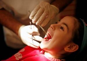 Kiểm tra răng định kì để bảo vệ răng khỏe cho bé