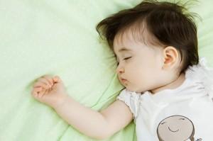 Bé nghiến răng khi ngủ nguyên nhân và giải pháp